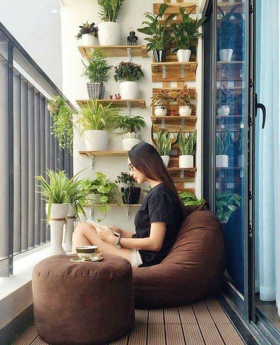 Ban công cây xanh kết hợp đọc sách